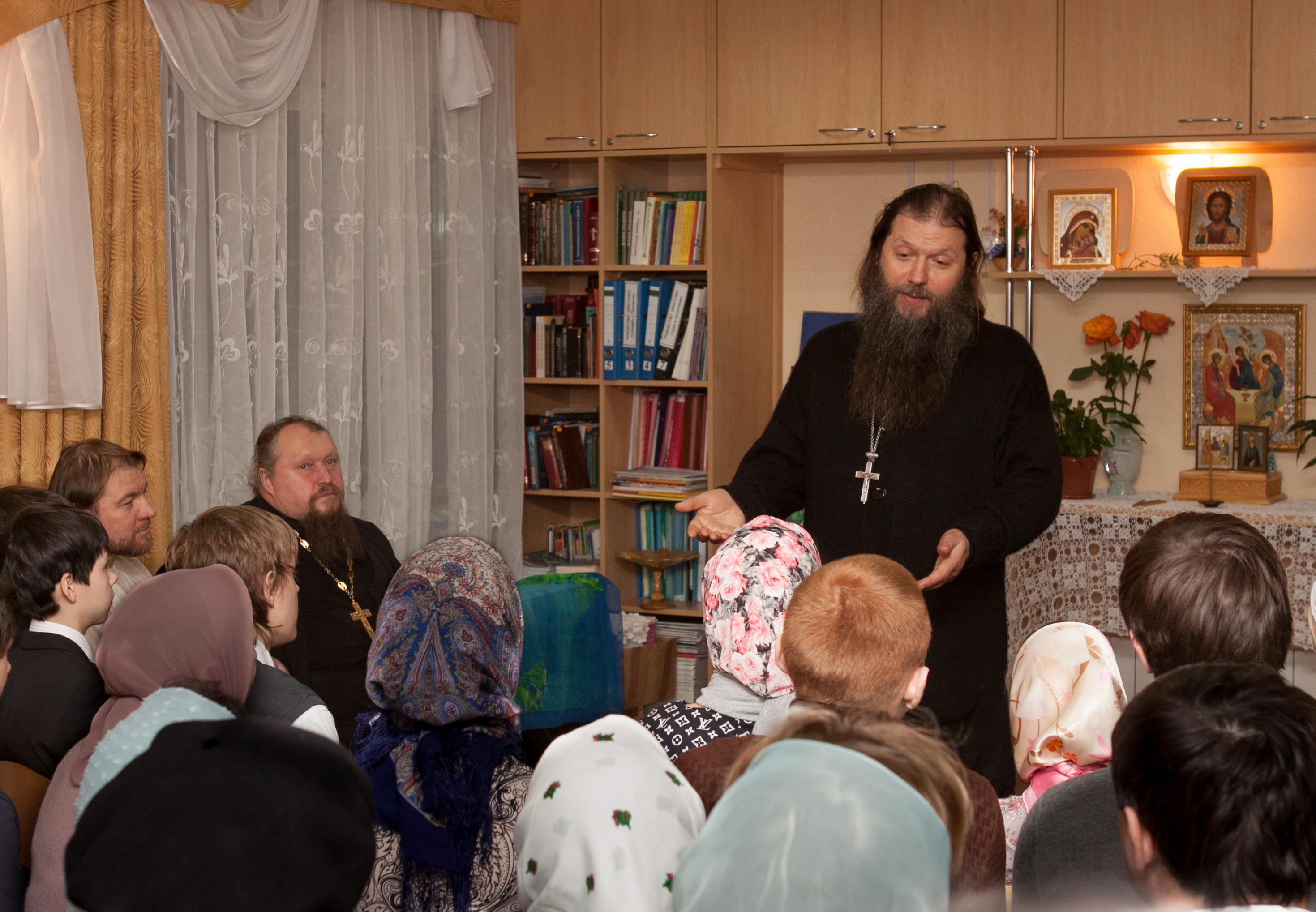 Отец Владимир Владимиров с детьми воскресной школы