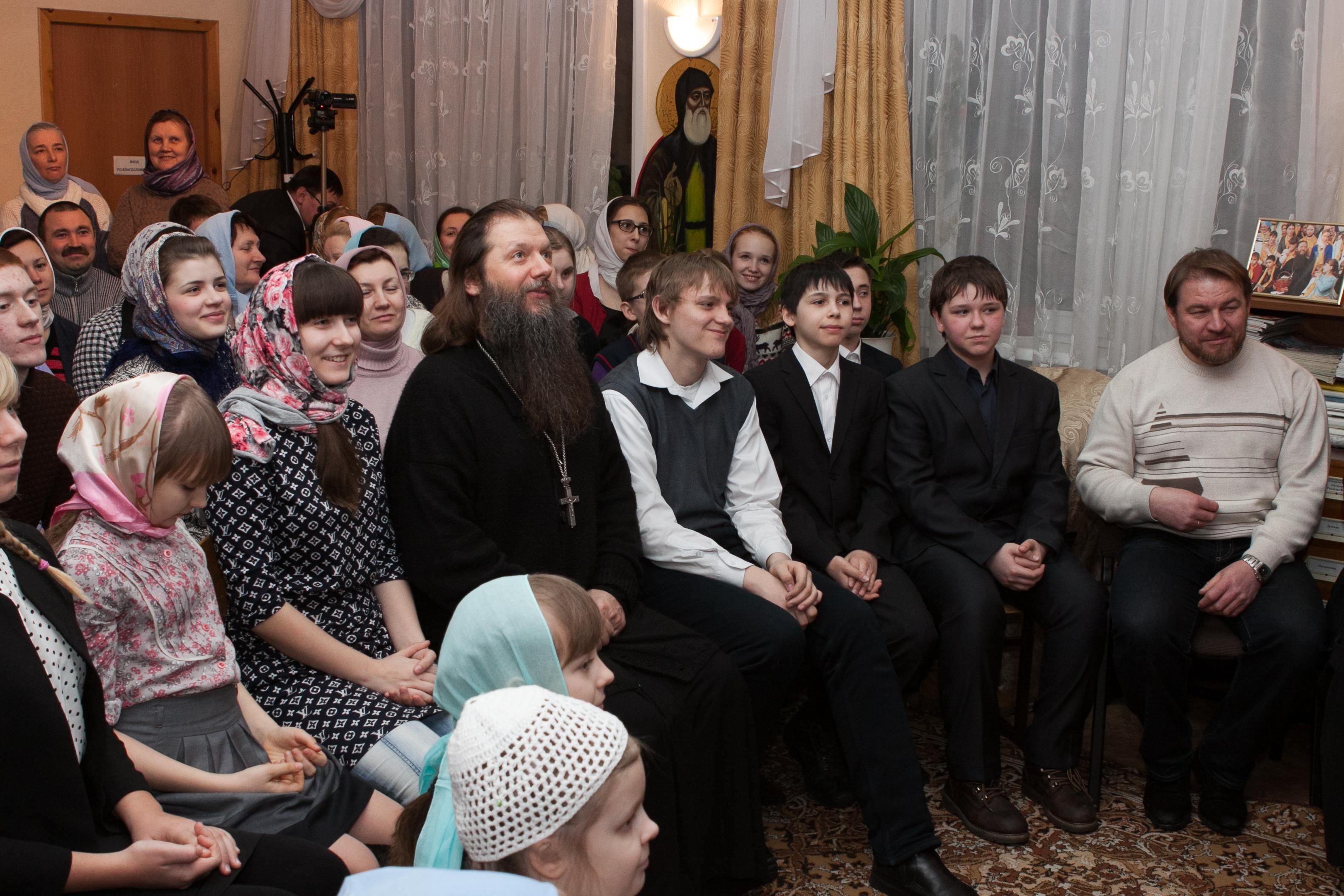 Протоиерей Артемий Владимиров в воскресной школе