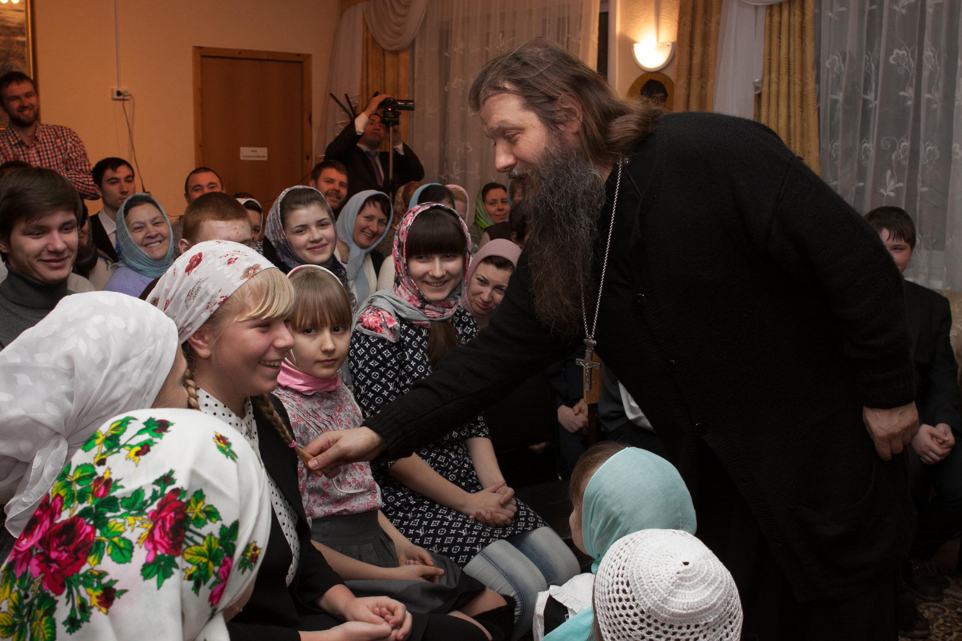 Протоиерей Артемий Владимиров с детьми воскресной школы